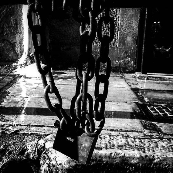 chains (center of athens)
